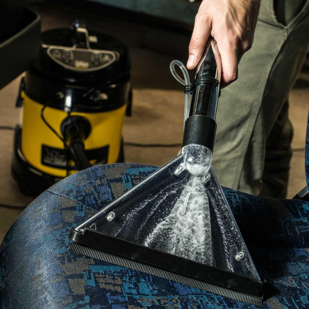 Aspiradora lava tapizados aspirando liquido.